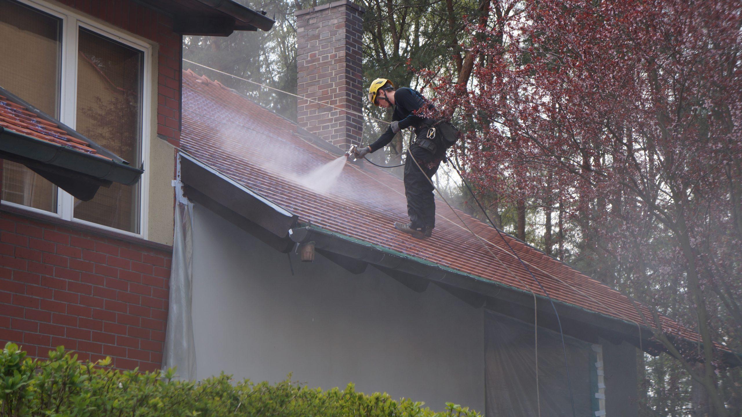 Mycie dachu, prace alpinistyczne